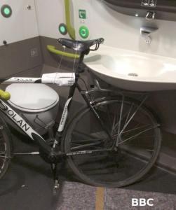 rower w toalecie