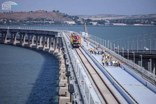Otwarcie pierwszego toru na kolejowym moscie na Krym