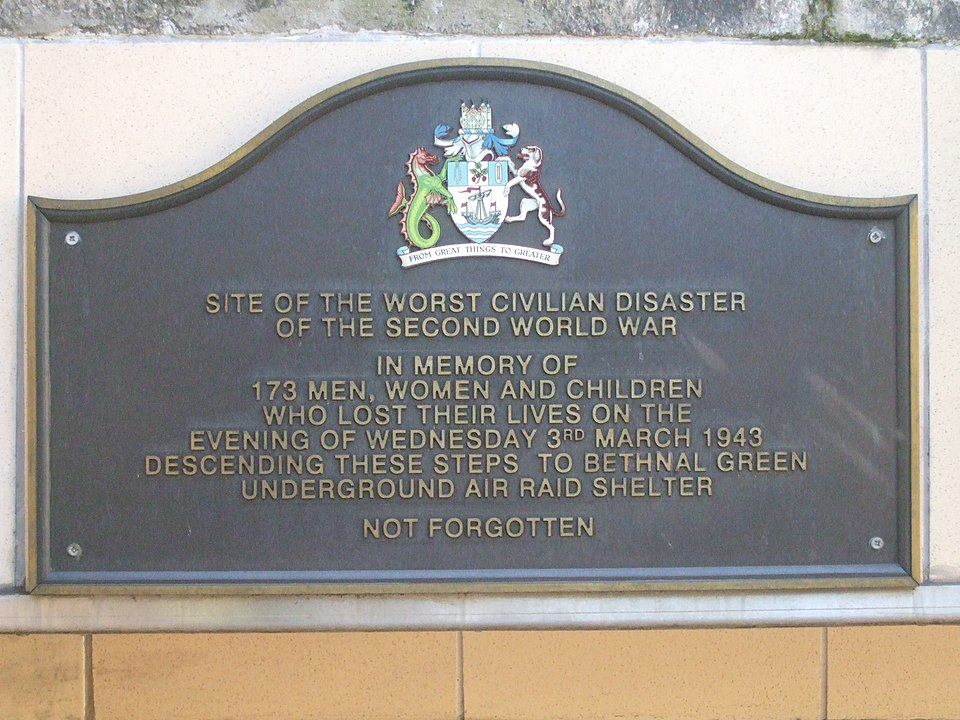 Tablica pamiatkwa na stacji Bethnal green
