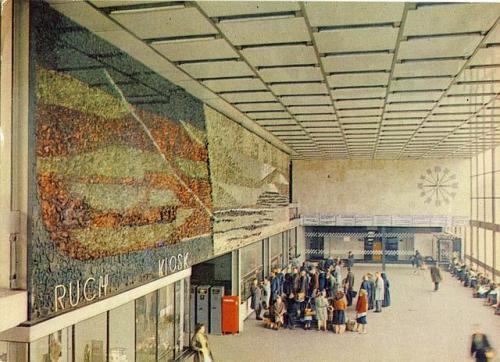 Rok 1968. Główny hol dworcowy z mozaiką na głównej ścianie nad kasami biletowym