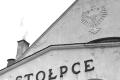 Polski orzeł na fasadzie budynku dworca w Stołpcach