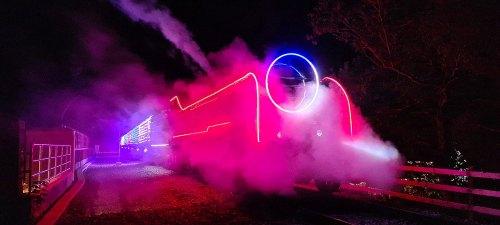 Oświetlony pociąg na Watercress Line