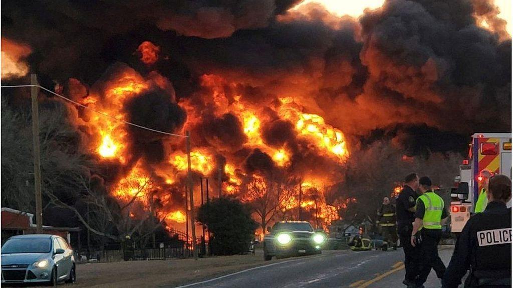 Pożar po zderzeniu ciężarówki z pociągiem w amerykańskim stanie Teksas.