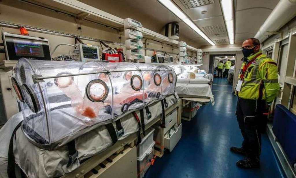 Wnętrze medycznego wagonu pociągu szpitalnego