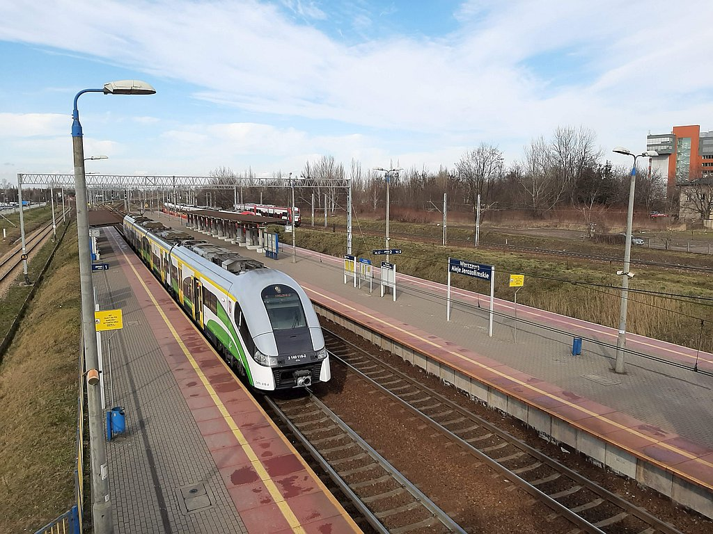 Trzy pociągi pasażerskie na stacji Warszawa Aleja Jerozolimskie