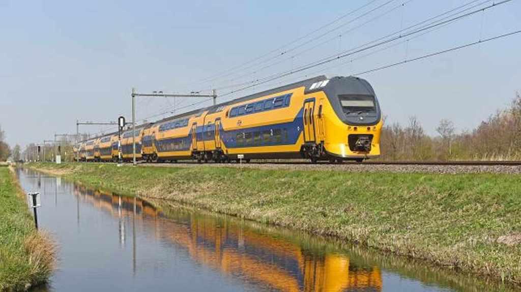 piętrowy pociąg państwowego holenderskiego przewoźnika NS