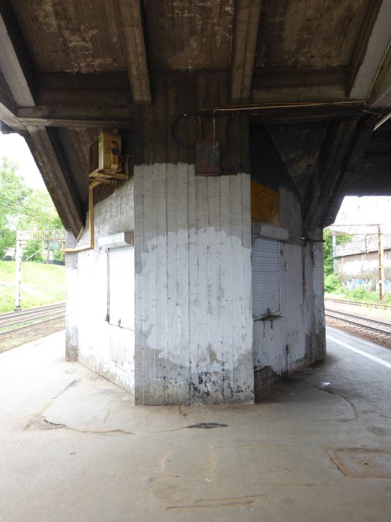 Pozostałości po kiosku pod schodami na peron 1