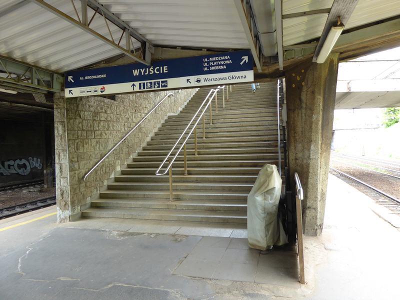 Schody z peronu 1 na poziom ulicy. Widać platformę dla niepełnosprawnych, zakrytą plastikiem