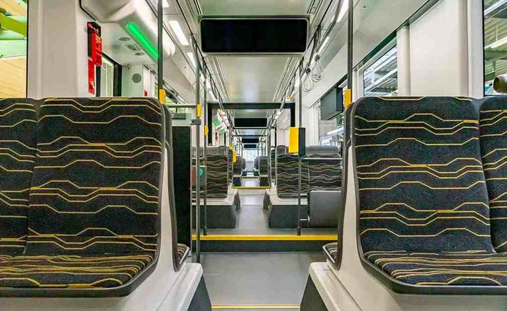 Wnętrze tramwaju NGT DX DD Flexity produkcji Alstom dla Drezna.  Widać układ siedzeń 2+2.